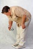 Frauen mit Übergewicht von hinten auf Skalen stockfoto