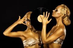 Fetisch. Frauen DJs, der Retro Vinylaufzeichnung hält. Fantastisches Gold Badyart. Leistung lizenzfreie stockfotos