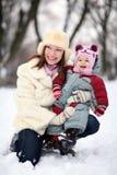 Frauen mit Baby im Winter stockfotografie