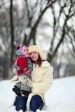 Frauen mit Baby im Winter lizenzfreies stockfoto