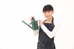 Frauen mit Bewässerungs-Dose Stockbild