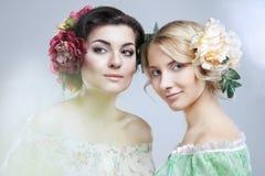 Frauen mit Blumen lizenzfreies stockfoto