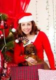 Frauen mit chrismas Hund stockfotografie
