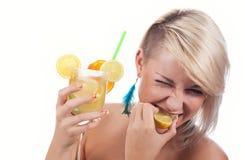 Frauen mit Cocktail Stockfotos
