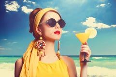 Frauen mit Cocktail Stockbilder