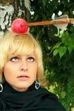 Frauen mit dem arrowed Apfel auf dem Kopf Stockbild