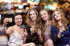 Frauen mit dem Champagner, der selfie am Nachtclub nimmt Lizenzfreies Stockbild