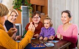 Frauen mit dem Kind, das Spaß mit Spiel hat Stockfoto