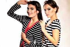 Frauen mit dem langen Haar und hellem Make-up trägt gestreifte Hemden Lizenzfreies Stockfoto
