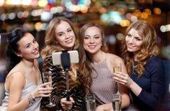 Frauen mit dem Smartphone, der selfie am Nachtclub nimmt Lizenzfreies Stockfoto