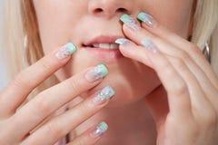 Frauen mit den Acrylfingernägeln Stockfoto