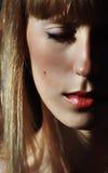 Frauen mit den roten Lippenstiftlippen Stockbilder