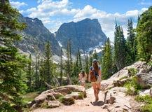 Frauen mit den Rucks?cken, die in Utah-W?ste wandern stockfotografie