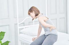 Frauen mit den Schmerz in der Taille stockfotos