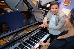 Frauen mit einem Klavier lizenzfreies stockbild