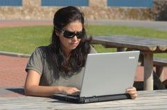 Frauen mit einem Laptop Lizenzfreies Stockbild