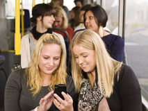 Frauen mit einem Mobiltelefon Stockbilder