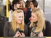 Frauen mit einem Mobiltelefon Stockfotos