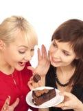 Frauen mit einem Schokoladenkuchen Stockfotos