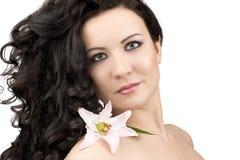 Frauen mit einer Lilienblume stockfotos