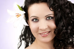 Frauen mit einer Lilienblume lizenzfreies stockbild