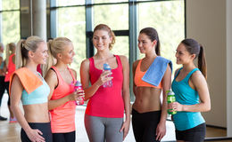 Frauen mit Flaschen Wasser in der Turnhalle lizenzfreie stockfotos