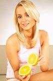 Frauen mit Früchten Stockbilder