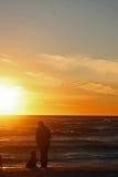 Frauen mit Hund auf dem Strand Lizenzfreies Stockbild