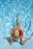 Frauen mit Hut im Pool Lizenzfreies Stockfoto