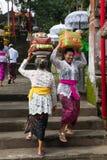 Frauen mit Körben auf den Köpfen Stockbilder