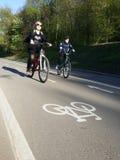 Frauen mit Kind auf dem Fahrrad Stockbilder