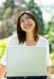 Frauen mit Laptop Lizenzfreie Stockfotos