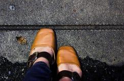 Frauen mit Lederschuhen tritt auf konkreten Boden, Draufsicht lizenzfreie stockfotografie