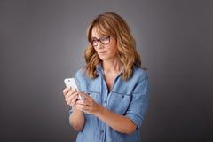 Frauen mit Mobile Stockfoto