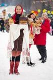 Frauen mit Pfannkuchen während des Maslenitsa Festivals stockbilder