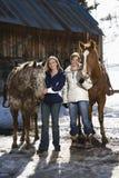 Frauen mit Pferden. stockbilder