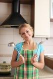 Frauen mit Schöpflöffel auf Küche Lizenzfreies Stockbild
