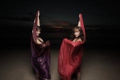 Frauen mit Schleiern auf dem Strand stockbild