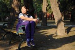 Frauen mit Stuhl Lizenzfreie Stockfotos