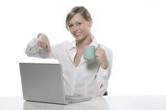 Frauen mit Tasse Kaffee und Computern Lizenzfreie Stockfotos