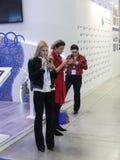 Frauen mit Telefonen in ihren Händen Stockbilder