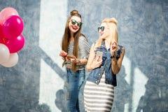 Frauen mit Telefonen zuhause Stockfotos