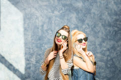 Frauen mit Telefonen zuhause Stockbilder
