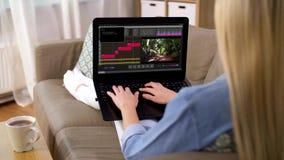 Frauen mit Videoeditor-Programm auf Laptop zu Hause stock video