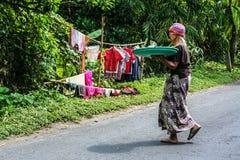 Frauen mit Waren auf dem Kopf, der zum Markt geht stockfotos