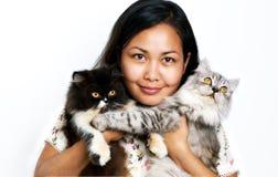 Frauen mit zwei Katzen Stockbild