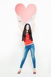 Frauen-Mode-Modell mit großem rotem Herzen Stockfotos
