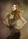 Frauen-Mode-Schönheits-Frisur-Porträt, hübsches Mädchen-glänzendes Kleid Lizenzfreie Stockfotografie