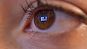 Frauen mustern mit Reflexion des surfenden Internets nachts stock video footage