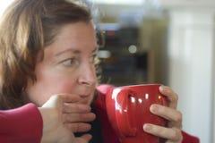 Frauen-nippender Kaffee lizenzfreie stockbilder